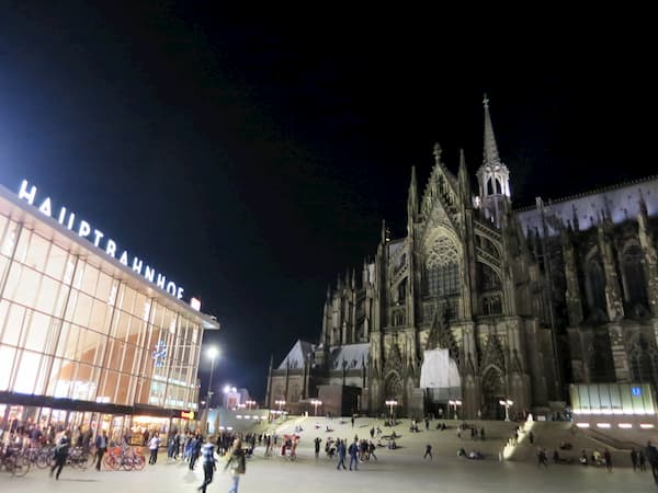 夜の大聖堂と駅