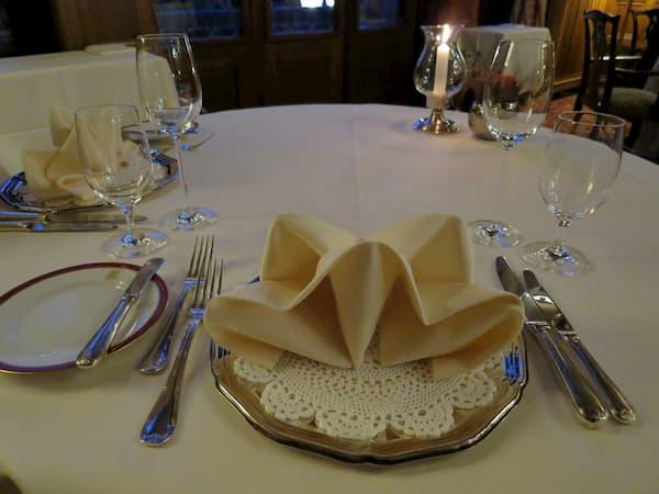 雰囲気のある広間で豪華なディナーを楽しみました